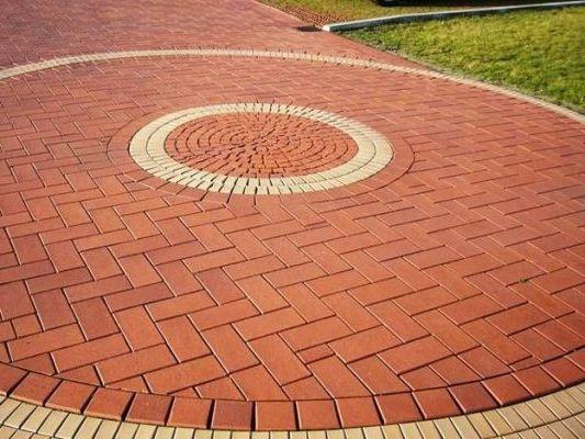 уложенная тротуарная плитка